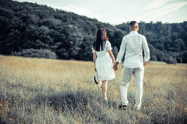 Jong verliefd stel buitenshuis verbluffend sensueel buitenshuis portret jong stijlvol modepaar poseren