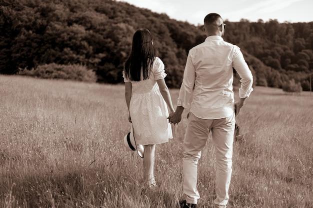 Jong verliefd stel buitenshuistunning sensueel buitenportret jong stijlvol modepaar poseren