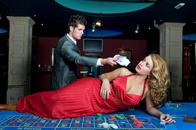 Jong verliefd stel dat geld wint aan de casinotafels