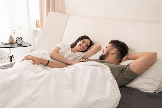 Jong verliefd stel dat 's ochtends in bed ligt