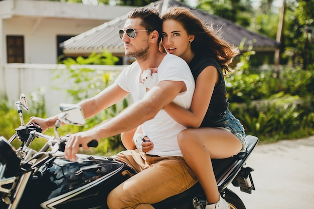 Jong verliefd stel, motorrijden