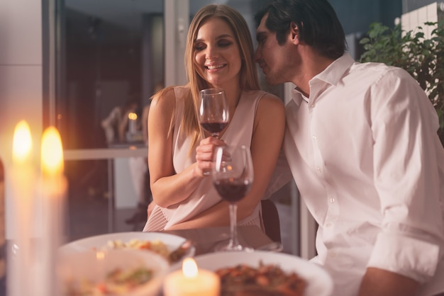 Jong verliefd stel tijdens een romantisch diner
