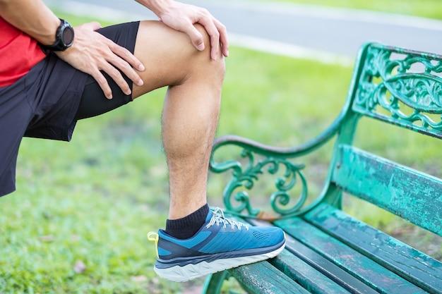 Jong volwassen mannetje met spierpijn tijdens het hardlopen.