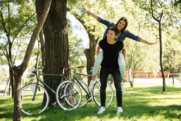 Jong vrolijk paar dat op de rug van rit geniet