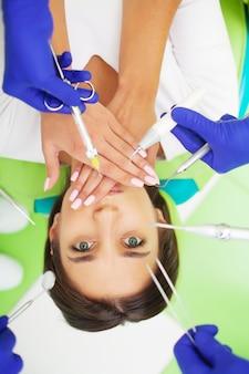 Jong vrouwelijk geduldig bezoekend tandartsbureau