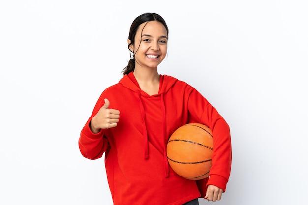 Jong vrouwen speelbasketbal over geïsoleerd wit die ok teken en duim op gebaar tonen