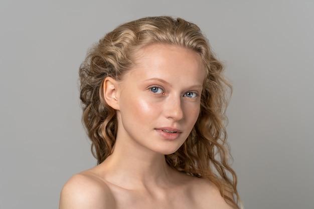 Jong vrouwengezicht met blauwe ogen