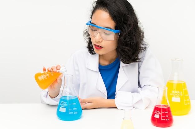 Jong wetenschappelijk aziatisch meisje
