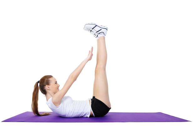 Jong wijfje dat fysieke oefeningen op de vloer doet