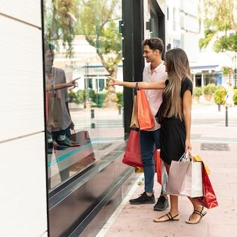 Jong winkelend paar dichtbij opslag
