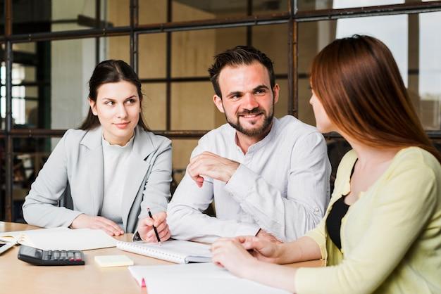 Jong zakenlui die hun project in bureau bespreken