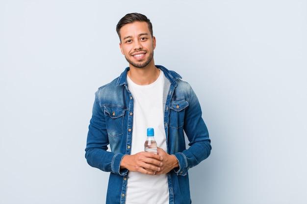 Jong zuid-aziatisch mensen drinkwater