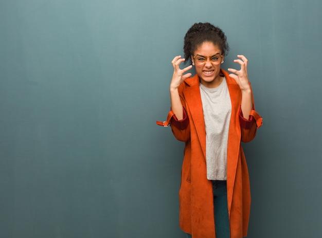 Jong zwart afrikaans amerikaans meisje met blauwe boos en verstoorde ogen