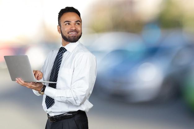 Jong zwart mannelijk holding laptop isolated portret