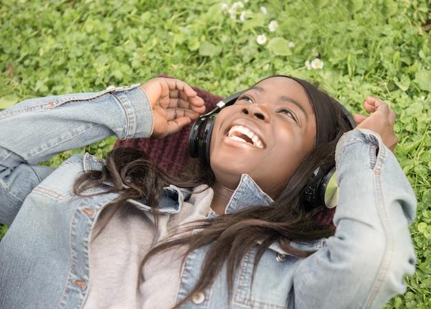Jong zwart meisje in de weide