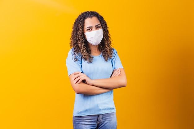 Jong zwart model dat beschermend masker draagt.