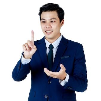 Jonge aantrekkelijke aziatische zakenman in marineblauw pak met wit overhemd en stropdas steekt zijn wijsvinger op en kijkt naar zijn vinger op een witte achtergrond. geïsoleerd