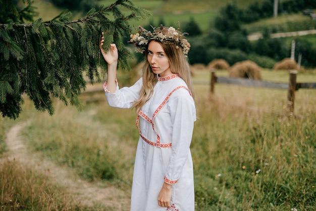 Jonge aantrekkelijke blonde vrouwen witte kleding met borduurwerk