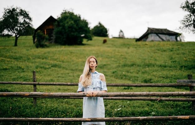 Jonge aantrekkelijke elegante blonde vrouw blauwe romantische jurk
