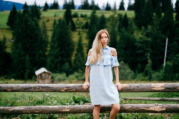 Jonge aantrekkelijke elegante blonde womanin blauwe romantische kleding