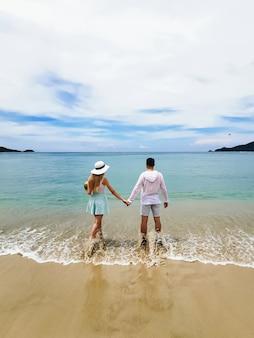 Jonge aantrekkelijke man en vrouw in het strand, thailand, huwelijksreis