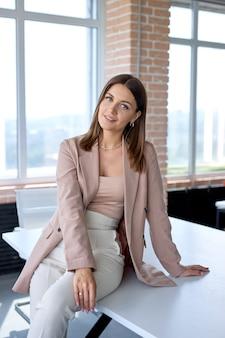 Jonge aantrekkelijke mooie gelukkige zakenvrouw in goed humeur op sollicitatiegesprek op kantoor workshop