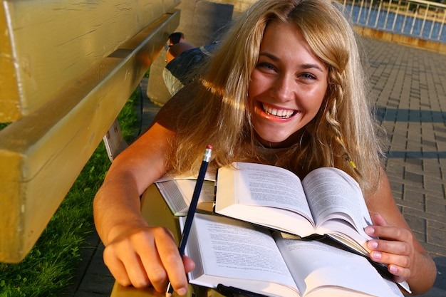 Jonge aantrekkelijke student die het boek leest
