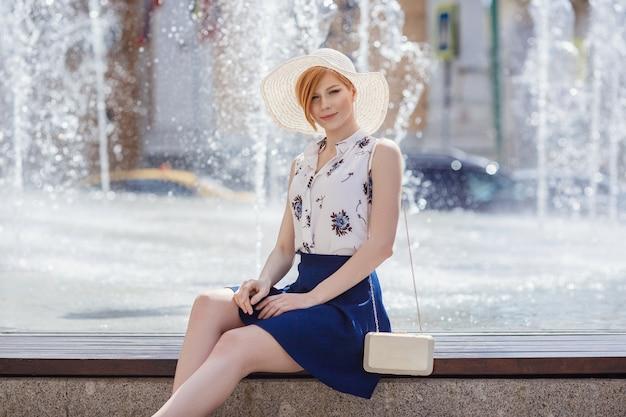 Jonge aantrekkelijke vrolijke vrouw wandelen in de stad. levensstijlconcept. jeugd en geluk.