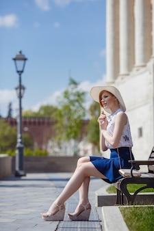 Jonge aantrekkelijke vrolijke vrouw wandelen in de stad. zomer in moskou, een wandeling in het hoofdpark van de stad zaryadye