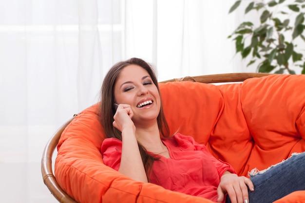Jonge aantrekkelijke vrouw die telefonisch roept