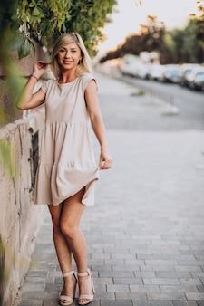 Jonge aantrekkelijke vrouw gelukkig in de stad