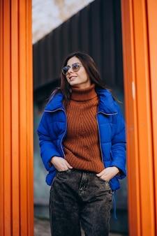 Jonge aantrekkelijke vrouw in blauwe winter jas