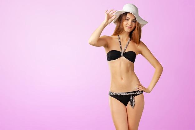 Jonge aantrekkelijke vrouw in zwempak