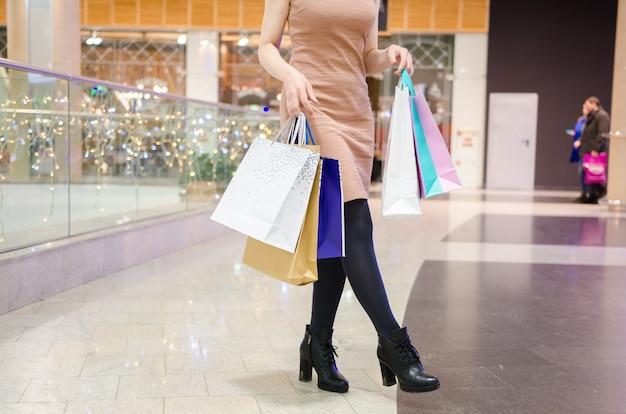 Jonge aantrekkelijke vrouw na het winkelen in wandelgalerij. winkelen therapie. zwarte vrijdag