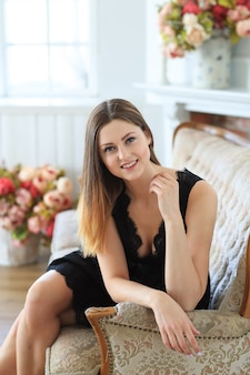 Jonge aantrekkelijke vrouw poseren in bank