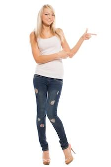 Jonge aantrekkelijke vrouw toont op iets