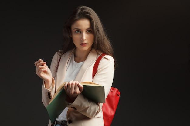 Jonge aantrekkelijke vrouwelijke geïsoleerde journalistgesprekken
