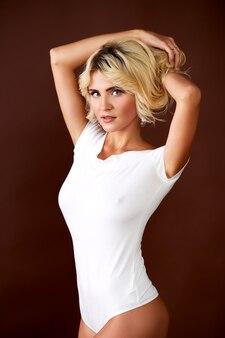 Jonge aantrekkelijke vrouwelijke model poseren in ondergoed