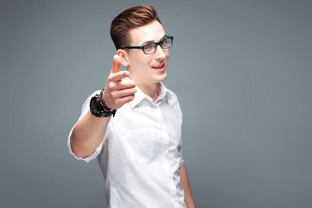 Jonge aantrekkelijke zakenman in kostbaar horloge, zwarte glazen en wit overhemd