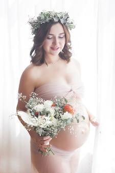 Jonge aantrekkelijke zwangere vrouw thuis. portret van verwacht vrouwelijk close-up.
