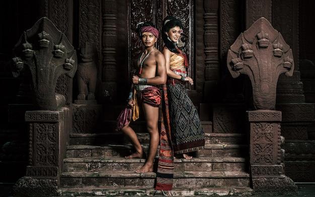 Jonge acteur en actrice dragen prachtige oude kostuums, in oude monumenten, dramatische stijl. voer het populaire verhaal van de legende uit, het thaise isan-volksverhaal genaamd