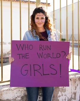 Jonge activist die protesteert voor gelijke rechten