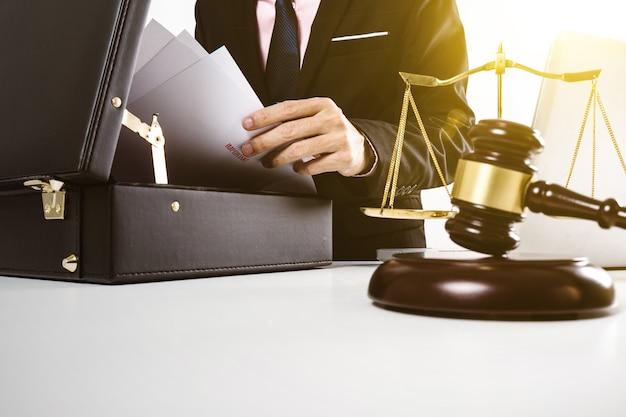 Jonge advocaat opende zwarte tas met papier