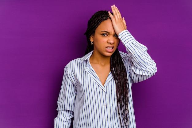 Jonge african american vrouw geïsoleerd op gele achtergrond jonge african american vrouw geïsoleerd op gele achtergrond iets vergeten, voorhoofd met handpalm slaan en ogen sluiten.