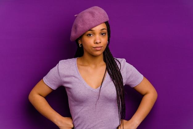 Jonge african american vrouw geïsoleerd op gele achtergrond jonge african american vrouw geïsoleerd op gele achtergrond waait wangen, heeft moe meningsuiting. gezichtsuitdrukking concept.