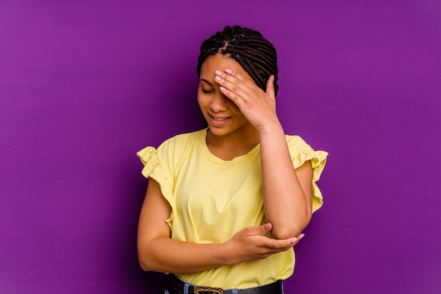 Jonge african american vrouw jonge african american vrouw knipperen naar de camera door vingers, beschaamd bedekkend gezicht.