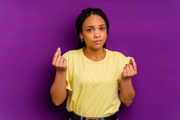 Jonge african american vrouw jonge african american vrouw waaruit blijkt dat ze geen geld heeft.
