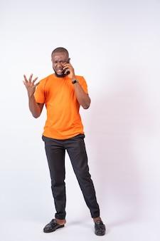 Jonge afrikaan maakt een telefoongesprek ruzie aan de telefoon