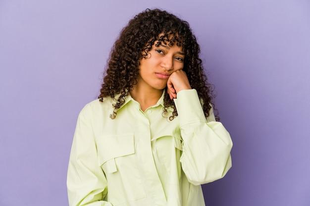 Jonge afrikaanse amerikaanse afro geïsoleerde vrouw die verdrietig en peinzend voelt, exemplaarruimte bekijkt.