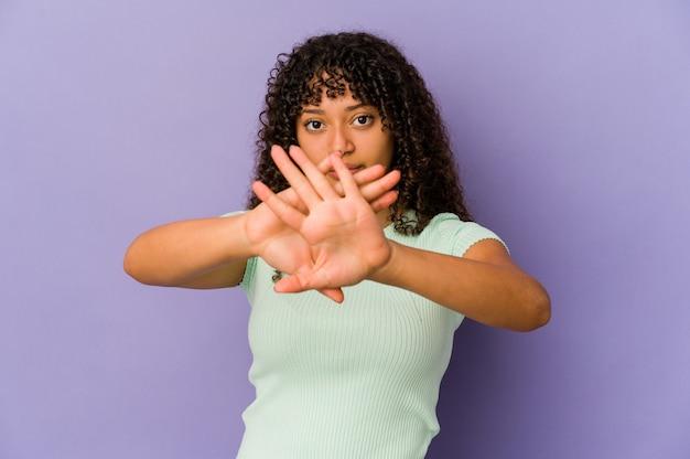 Jonge afrikaanse amerikaanse afrovrouw die een ontkenningsgebaar doet
